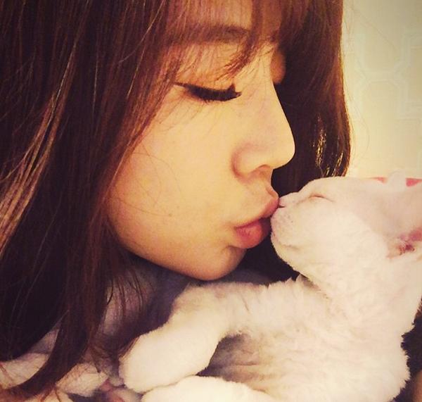 少女時代サニー猫とのキス顔
