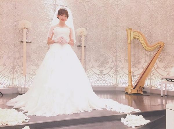 小嶋陽菜-ウェディングドレス姿