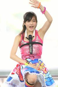 安藤咲桜-マイクを胸にはさんで歌う-つりビット