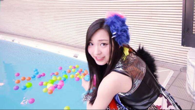 チキパ-例のプール-MV-Cheeky-Paradeカラフルスターライト