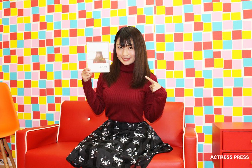 滝沢乃南-interview201512-赤いソファー