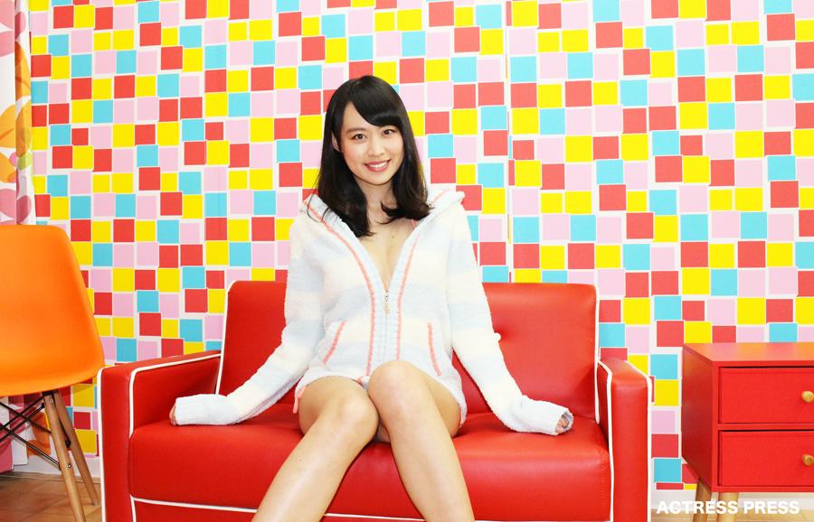 千倉里菜-赤いソファー