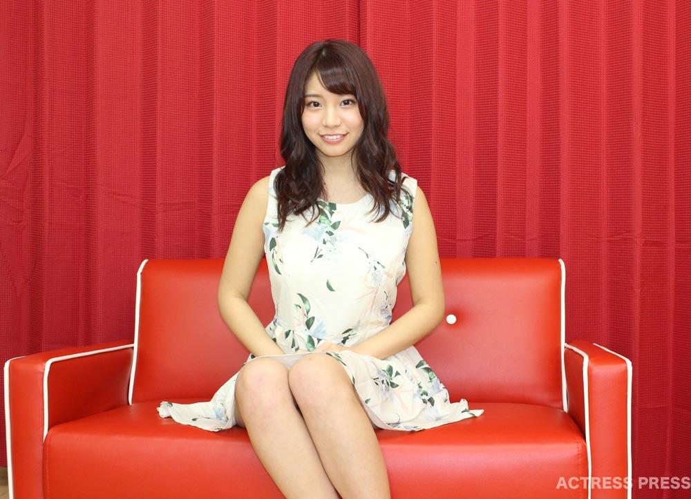 久松かおり-赤いソファー 20160215