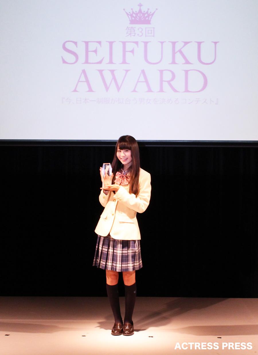 中野あいみ-制服AWARD20160131 トロフィー