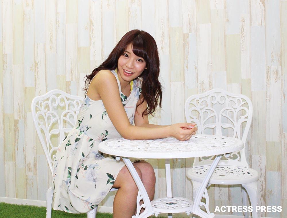 久松かおり-白いベンチ