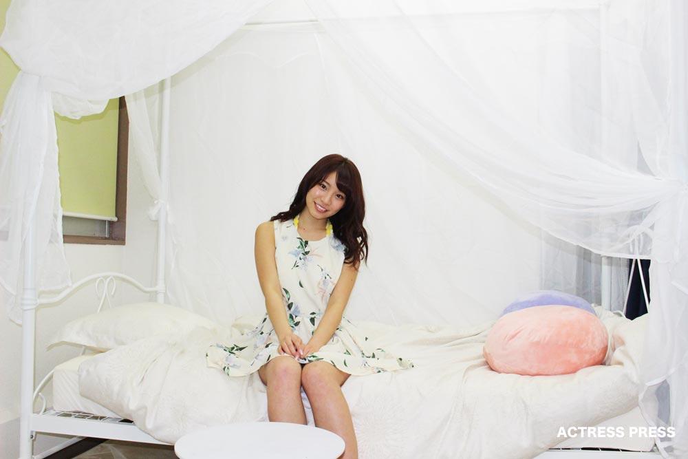久松かおり-白いベッド