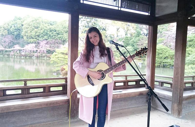 Celeina Ann(セレイナ・アン)庭園でギター演奏