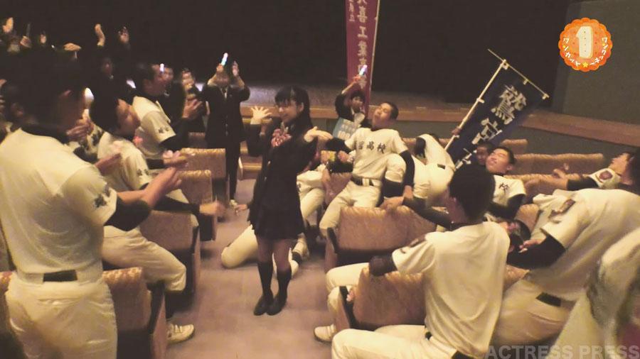 鶴巻星奈の投げキッスで倒れる野球部員・埼玉県久喜市PR動画
