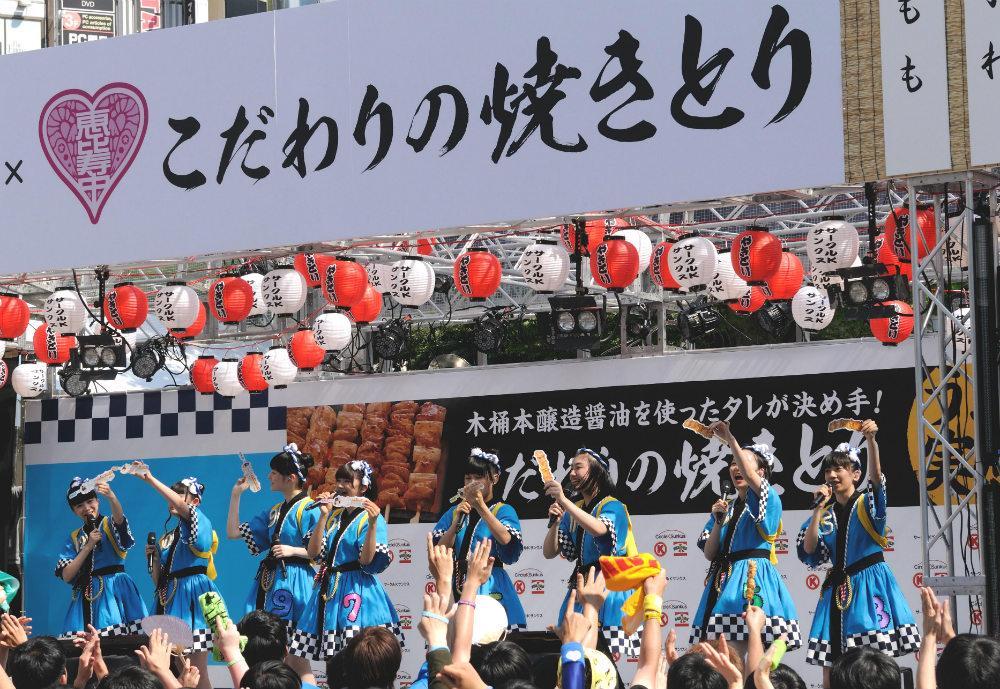 私立恵比寿中学、愛宕神社で焼きとり奉納 ライブ