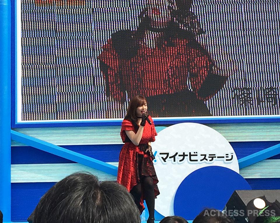 篠崎愛、お台場でメジャーデビューシングル『口の悪い女』を熱唱