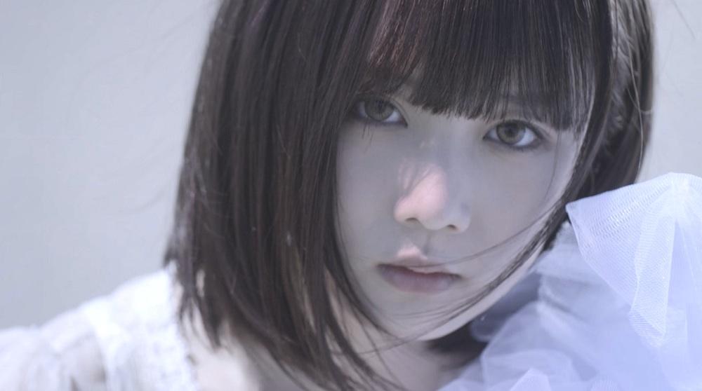 暁月凛、砂丘での幻想的な新アー写 & 新曲『マモリツナグ』MV