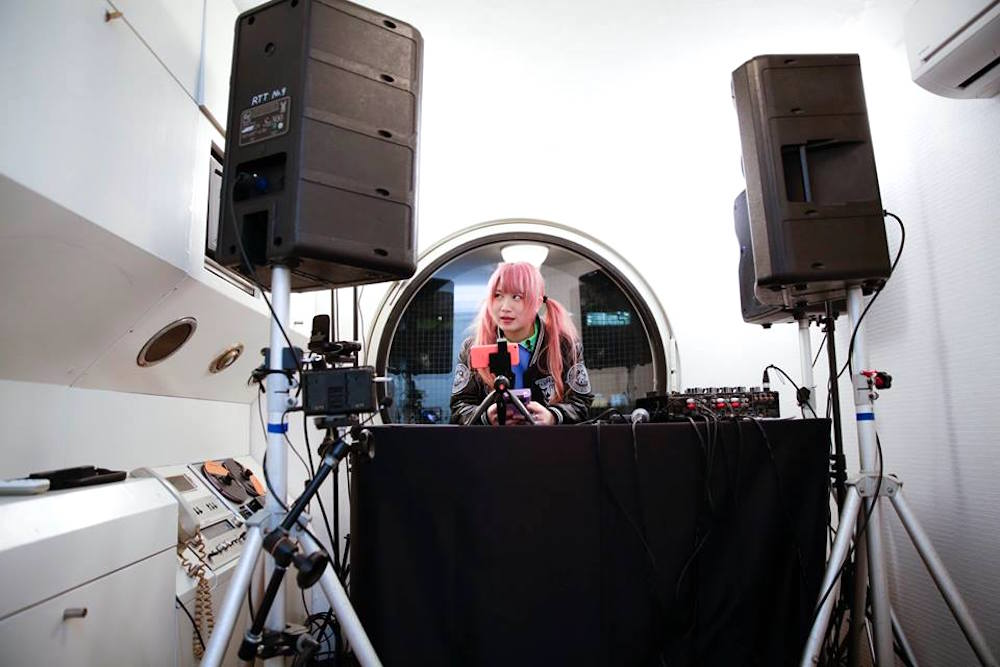 チップチューン・アーティストTORIENA、中銀カプセルタワービルの一室でライブ