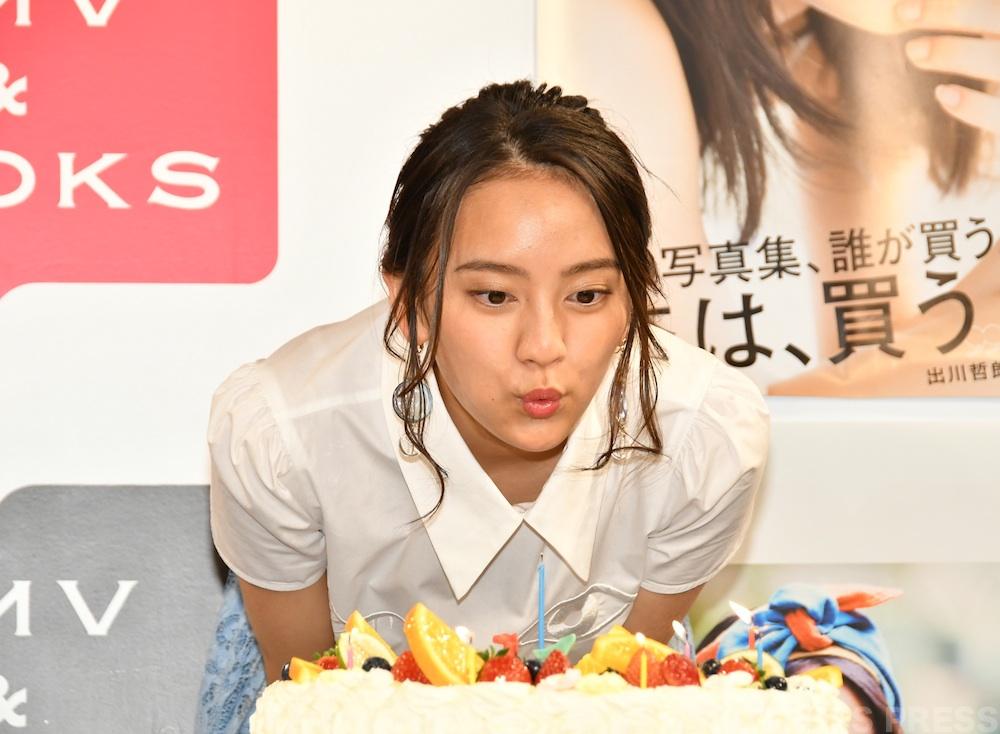 岡田結実・ファースト写真集発売記念イベント サプライズケーキ