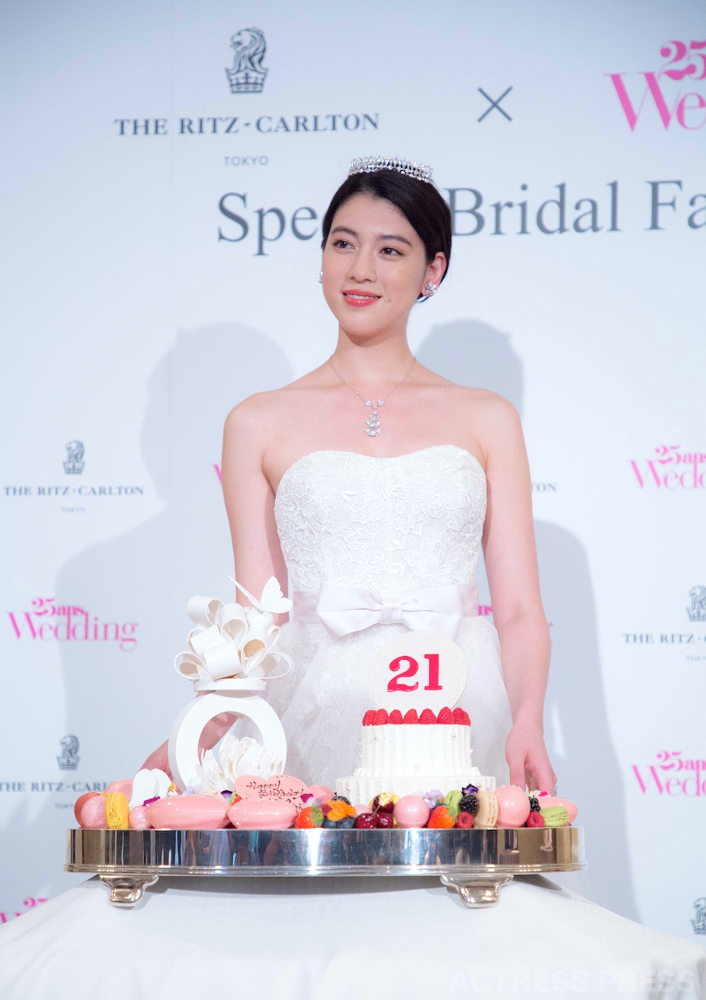 三吉彩花・ウエディングドレス姿・サプライズ バースデーケーキ