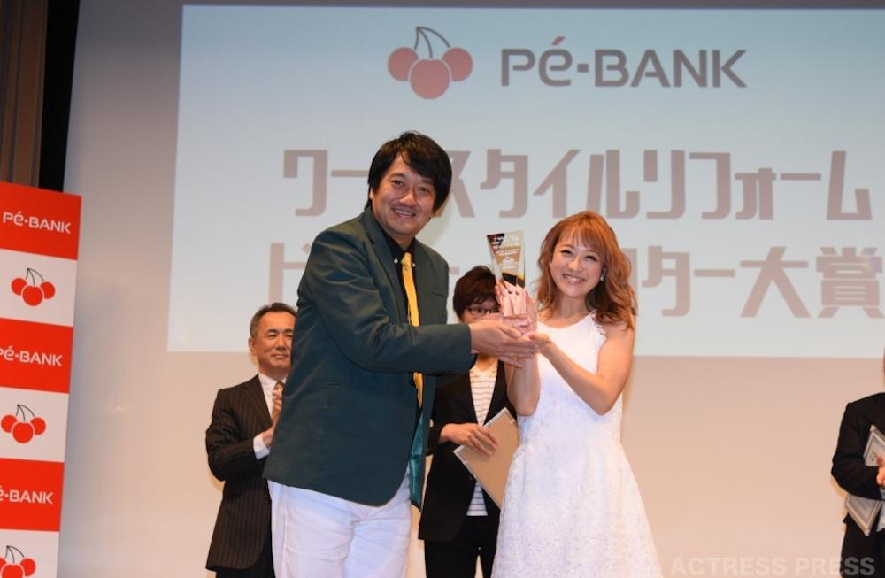 鈴木奈々・ワークスタイルリフォーム ビフォー・アフター大賞の授賞式