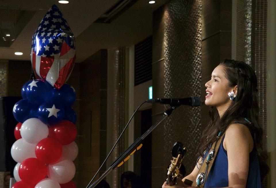 Anly、故郷・沖縄で開催のアメリカ合衆国独立記念式典祝賀会で、日米両国の国歌斉唱