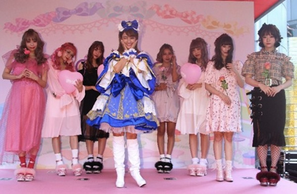 """谷まりあ、『ポケコロ』の人気衣装""""青い鳥のメモワール""""のひらひらドレス"""