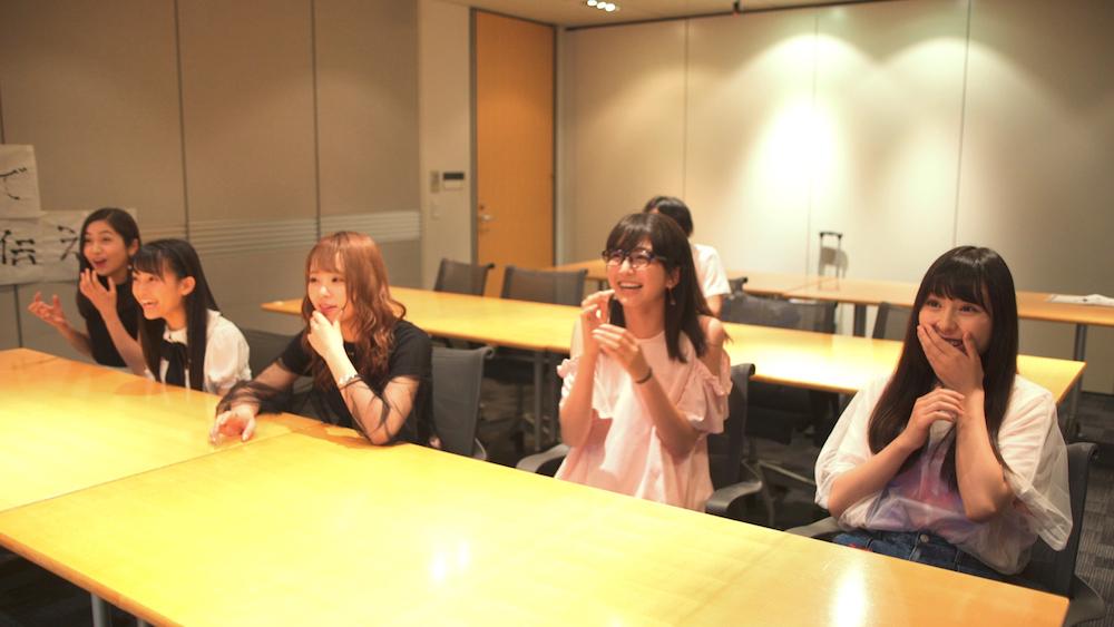 マジカル・パンチライン(左から アンナ、リーナ、レナ、ヒマワリ、ユーナ)とAI-CD β