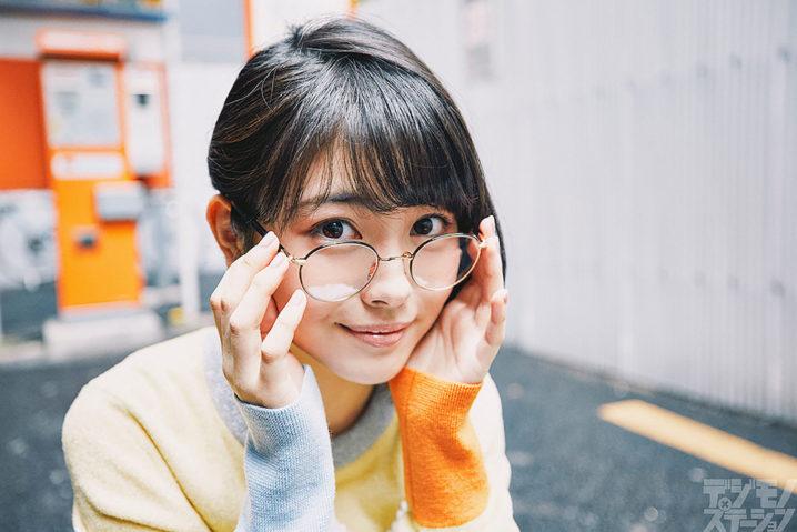 女優・浜辺美波、メガネ姿(ビジョメガネ)