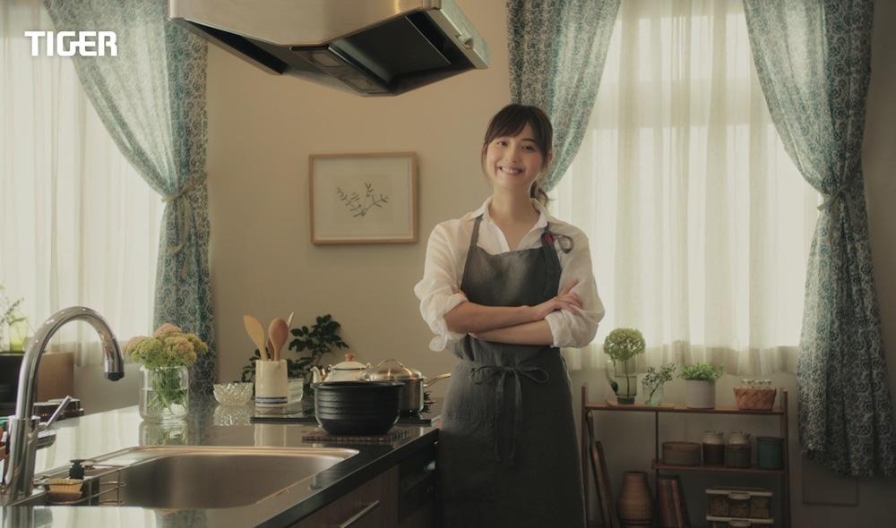 佐々木希、エプロン姿で家庭料理を作る!タイガー魔法瓶・GRAND X
