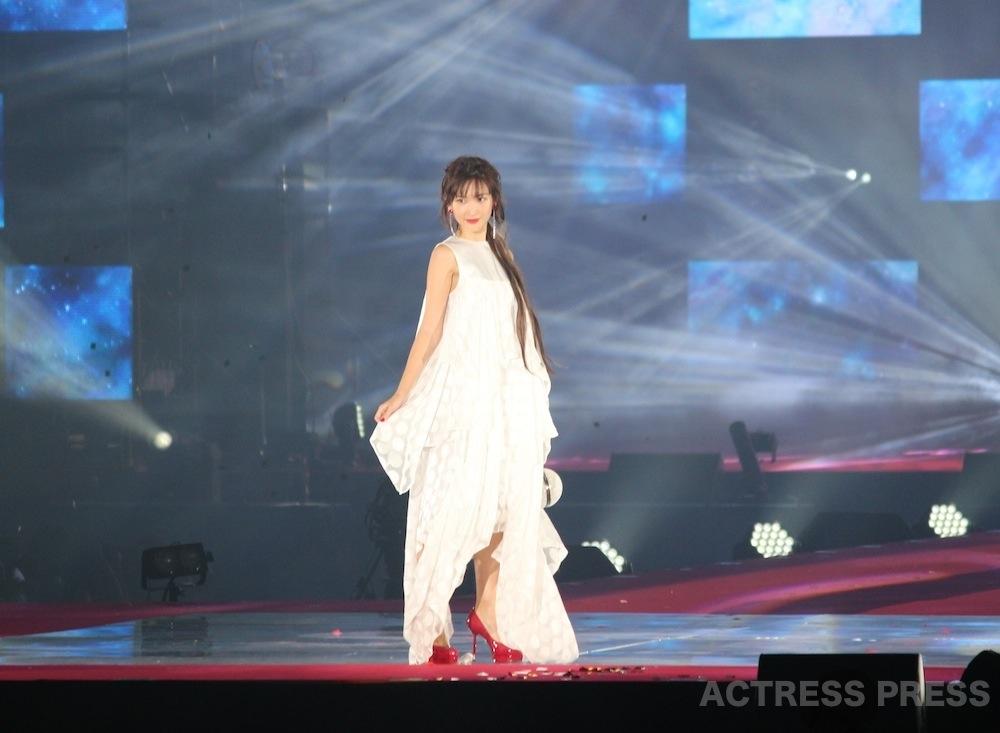 紗栄子、純白のドレスでGirlsAwardに初登場