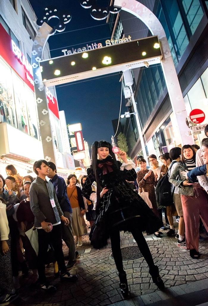 中条あやみ、主演映画『覆面系ノイズ』のフォトカード配布で原宿にサプライズ登場