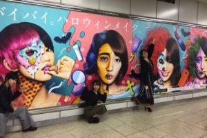 夢みるアドレセンス×KASICO、ハロウィンメイクでJR渋谷駅山手線ホームの看板をジャック