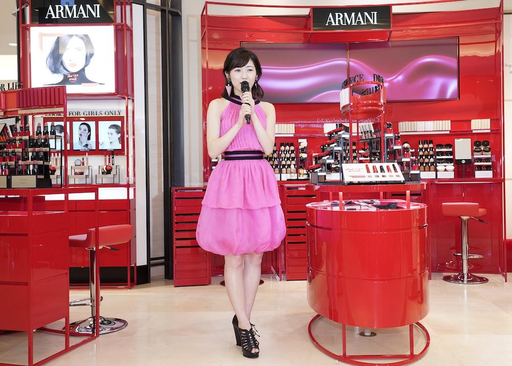 渡辺麻友、赤リップで大人の女性に変身!GIORGIO ARMANI beauty 阪急うめだ本店・オープニングセレモニー