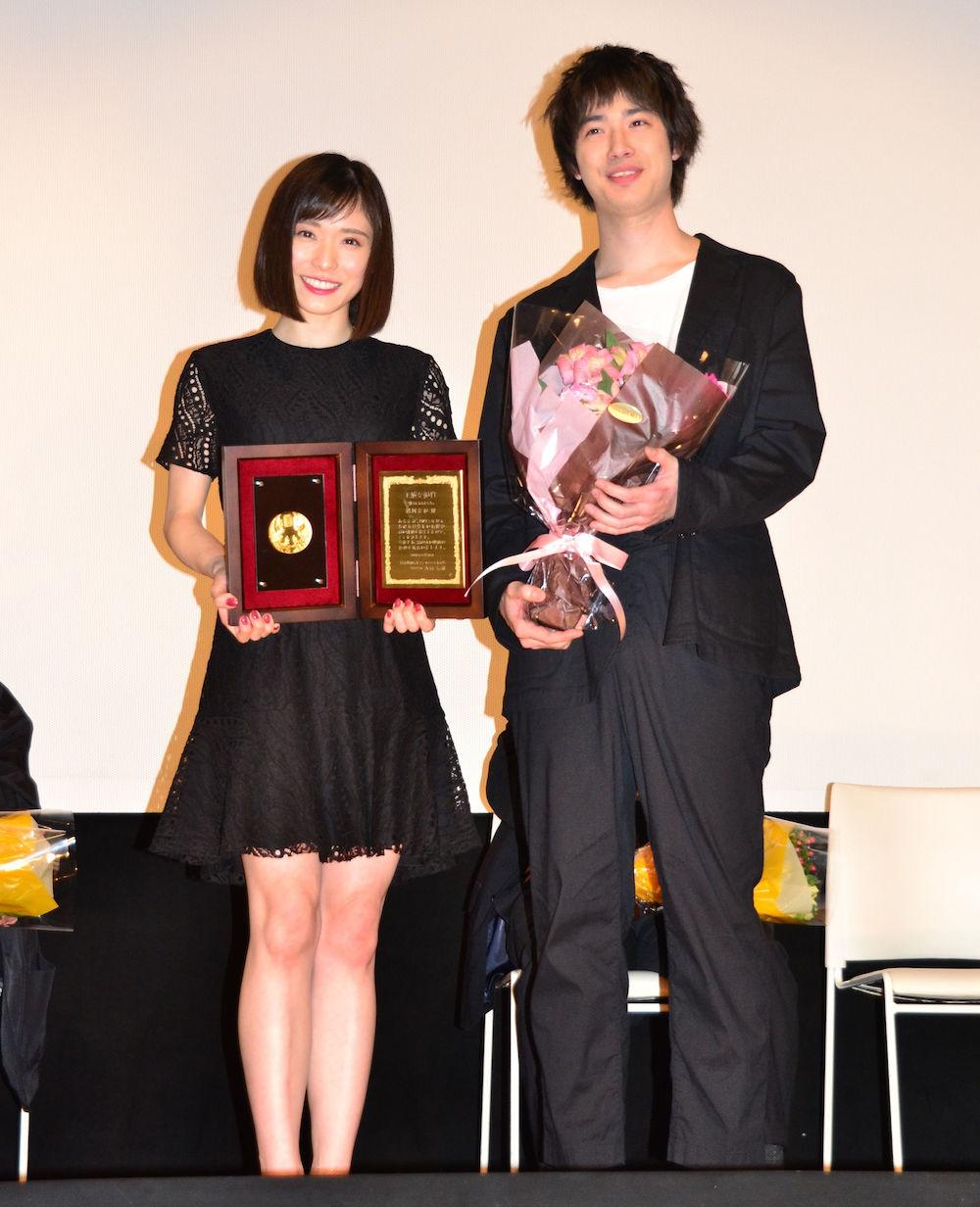 授賞式に出席した松岡茉優と花束プレゼンターで登壇した共演者の渡辺大知