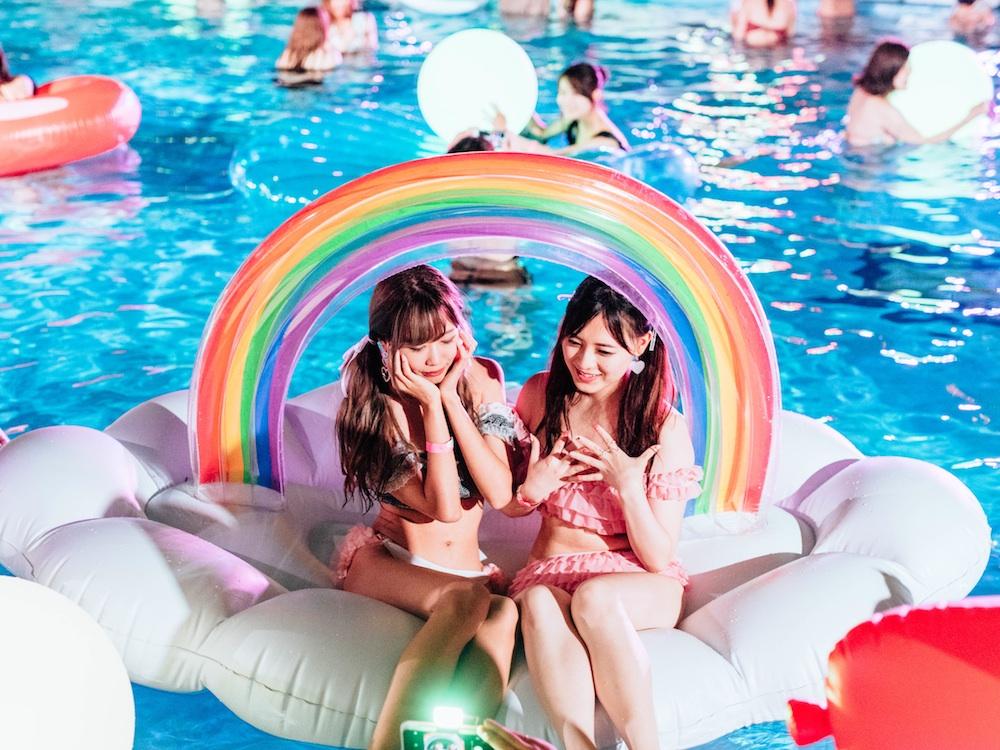 「CanCamナイトプール」で「ビックフロート」に乗って楽しむCanCam読者たち(2018.07.05)