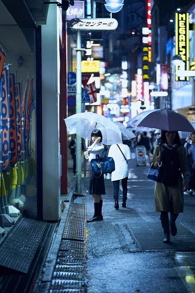 欅坂46の1st写真集のイメージカット/渋谷センター街に佇む平手友梨奈
