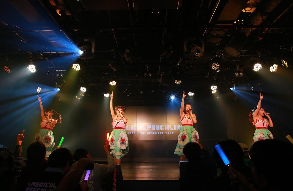 マジカル・パンチライン(浅野杏奈・小山リーナ・清水ひまわり・沖口優奈)/2018年12月16日、AKIBAカルチャーズ劇場でのライブにて