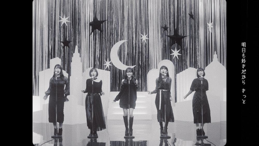 Little Glee Monster(リトグリ)、60年代にタイムトリップ!?新曲「恋を焦らず」MVより