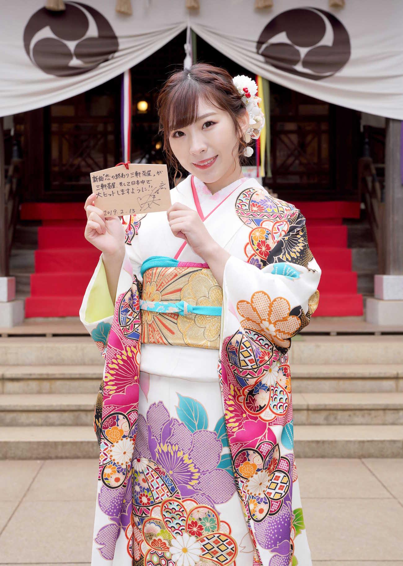 岩佐美咲/東京・三軒茶屋の太子堂八幡神社でヒット祈願