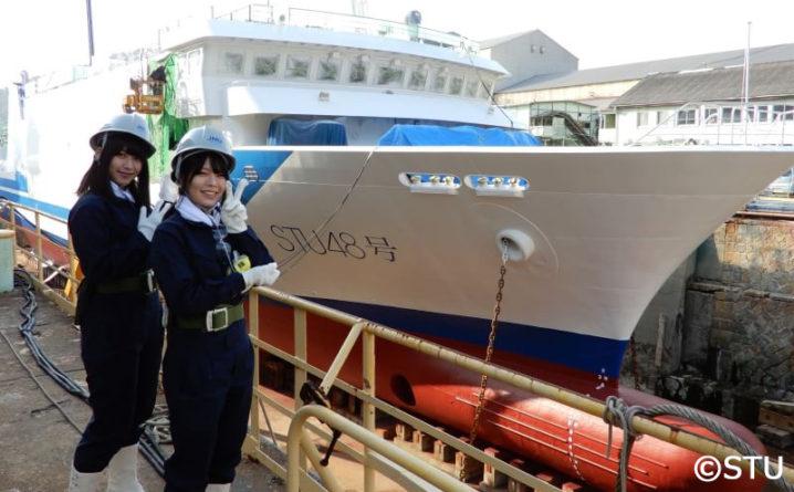 船名塗装完了後の藤原あずさと(左)と矢野帆夏(右)