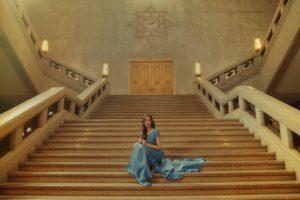 新木優子、博物館の大階段でドレス姿披露!明治 オリゴスマートミルクチョコレート新CM