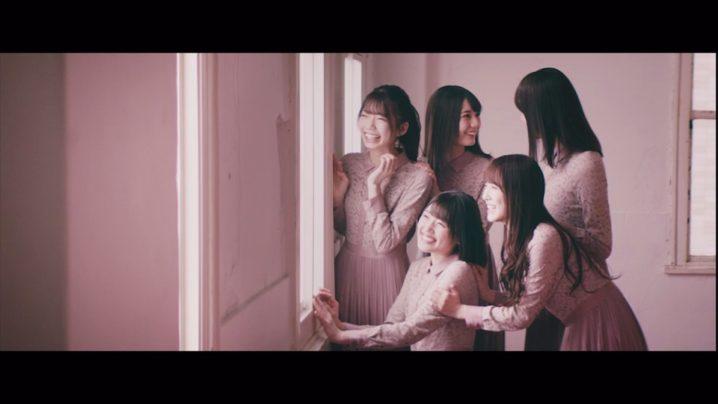 日向坂46/デビューシングル「キュン」のTYPE-Bに収録、専属モデル5人によるユニット曲「Footsteps」のMVより(加藤史帆、佐々木久美、佐々木美玲、高本彩花、小坂菜緒)