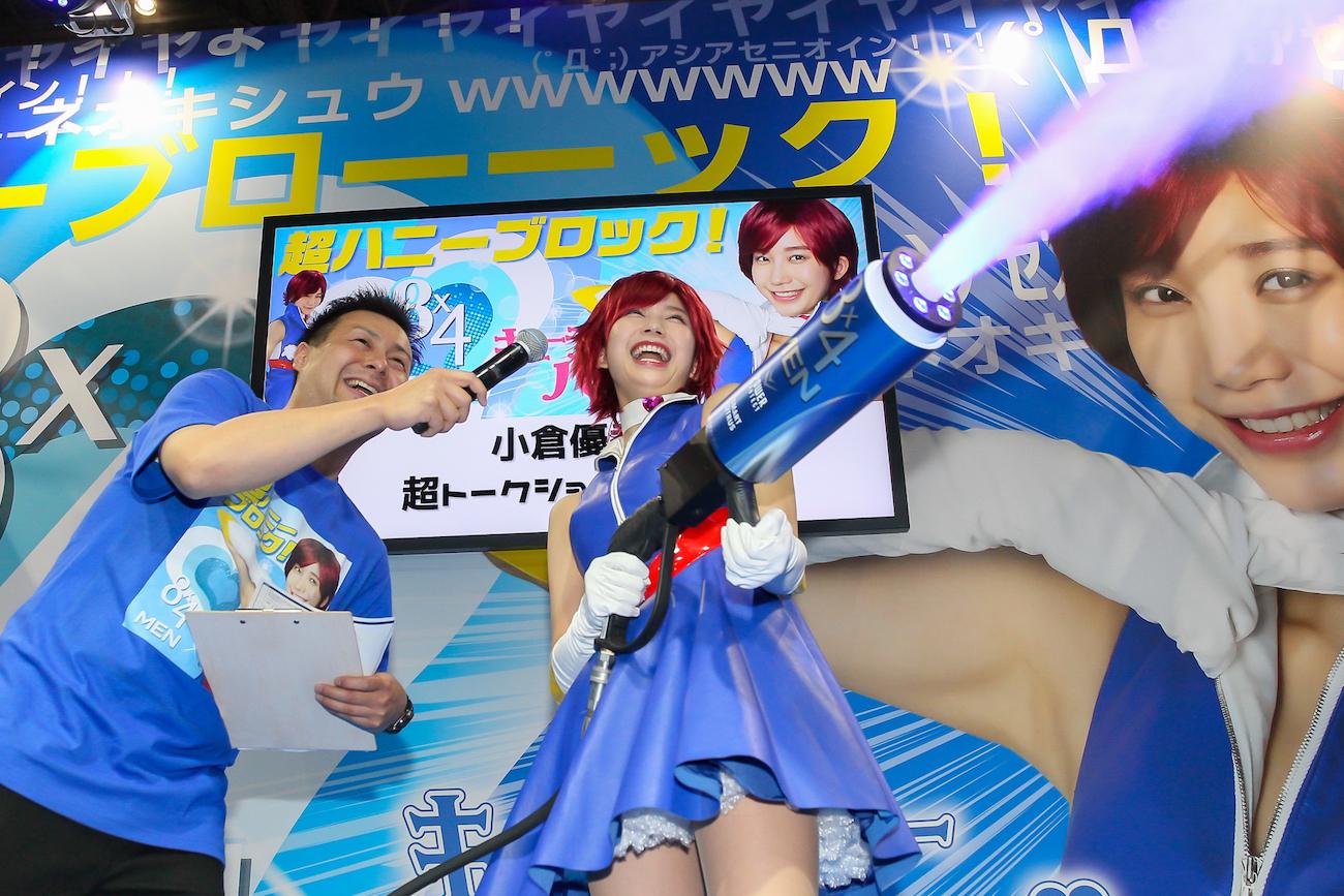 小倉優香、キューティーハニー姿で「ニコニコ超会議2019」8x4MEN特設ブースに登場!(2019年4月27日)
