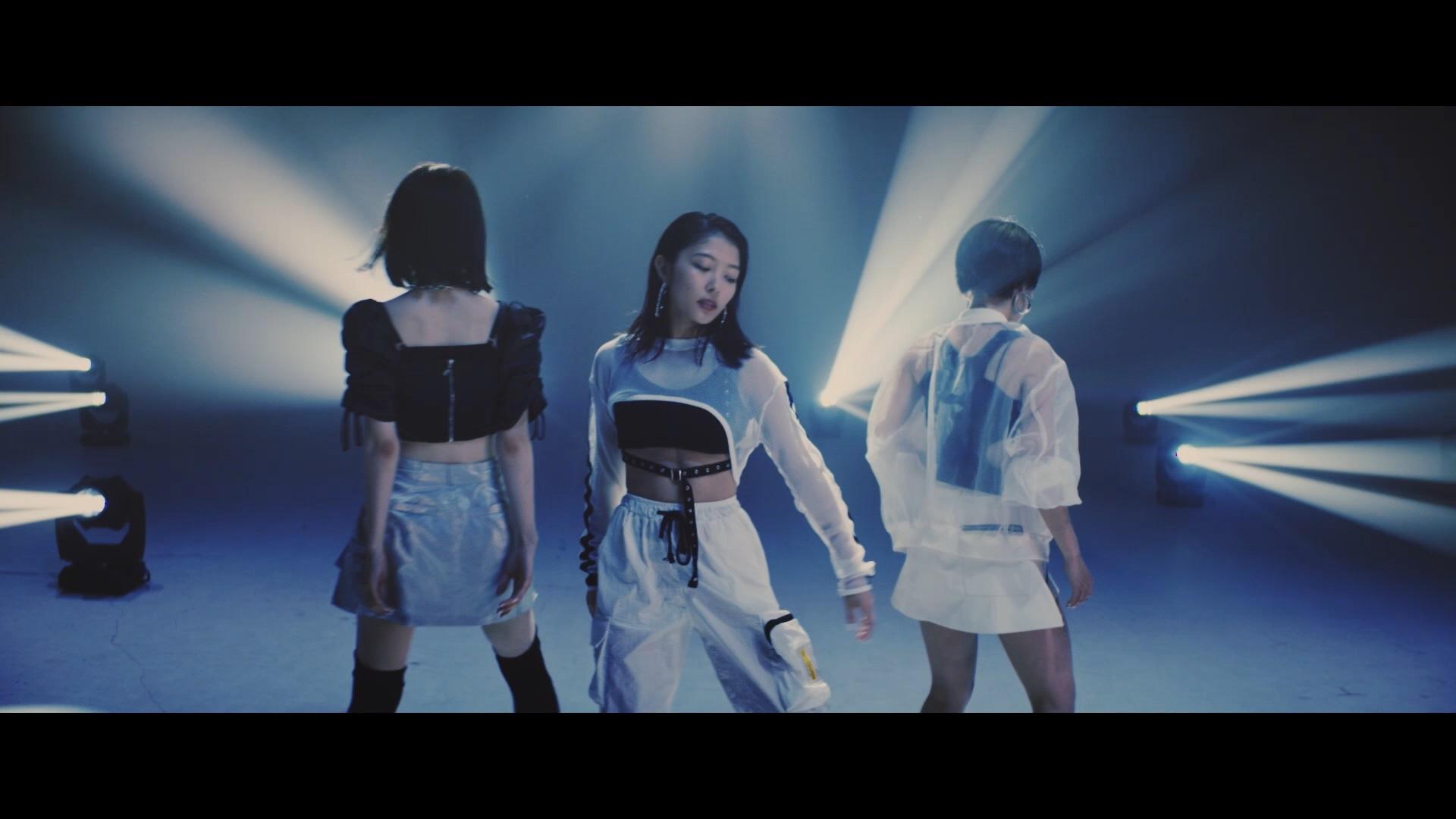 """ボーカル&ダンスグループJewel/ """"J☆Dee'Z""""から改名後初のシングルとなる「前へ」のMVより"""