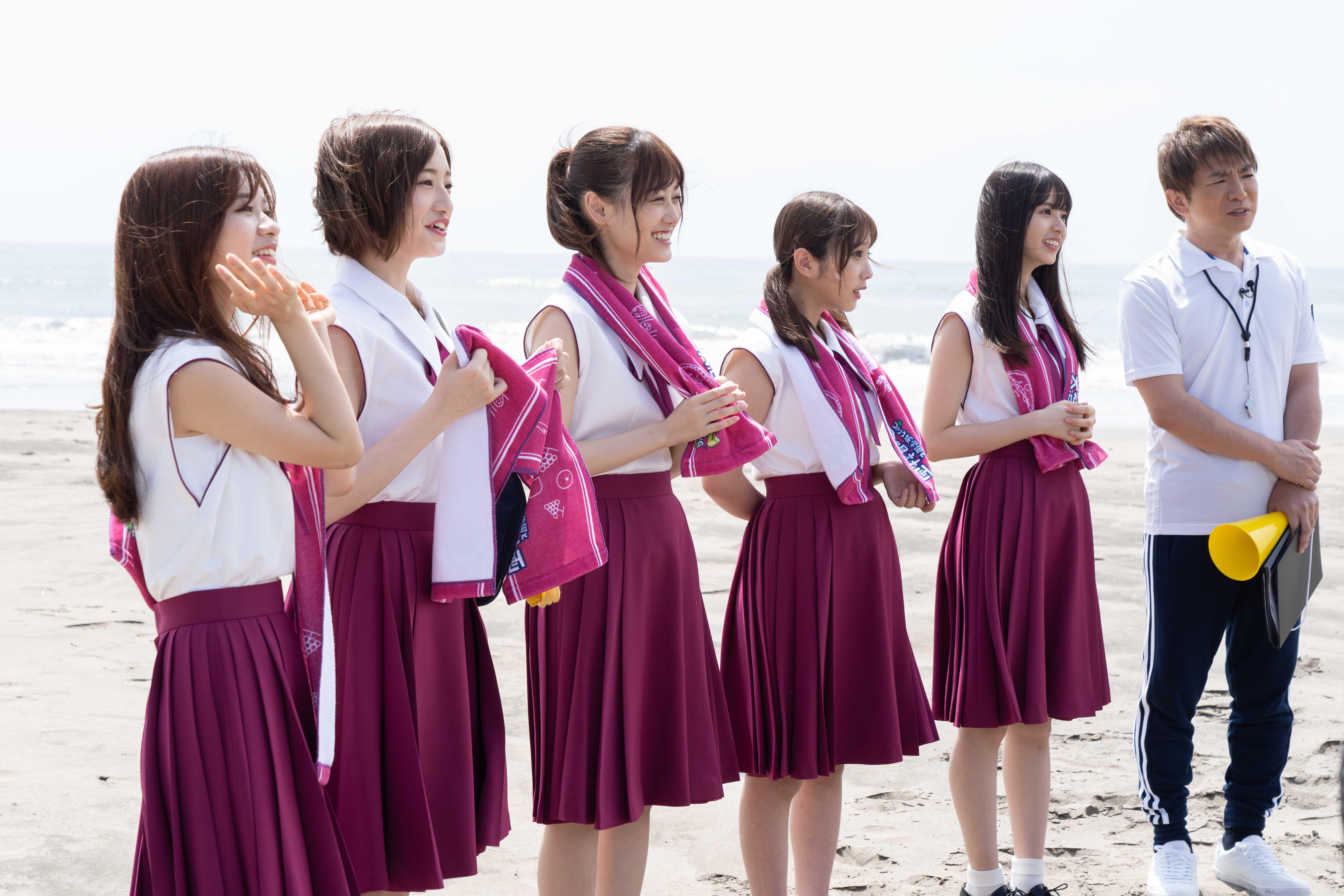 スペシャルムービーでは、海辺でひとりたたずむ齋藤飛鳥が、「ファンタ」を一口飲むと砂浜に書いたのは「ぶっちゃけ、青春っぽいことしたい」の文字。砂浜を気持ちよく歩いていると、「ファンタ坂学園」のメンバーが徐々に齋藤さんのもとに集まってくる。「ファンタ坂学園」のメンバーが歌と踊りを始めると、学生たちは次々とここに駆け寄り、やがてそれは大きな一団に。そして最後には「ファンタ坂学園」のメンバーが立つ櫓を囲むように全員が集まり「Sing Out!」を大合唱し、大団円を迎える。