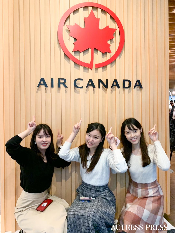 写真 左より:加藤七虹(フェリス女学院3年) 、佐々木夢夏 (中央大学3年) 、小木曽葵(東京大学3年)/Poutinerie by Air Canada(プーティナリー・バイ・エア・カナダ)にて(2019年12月2日)