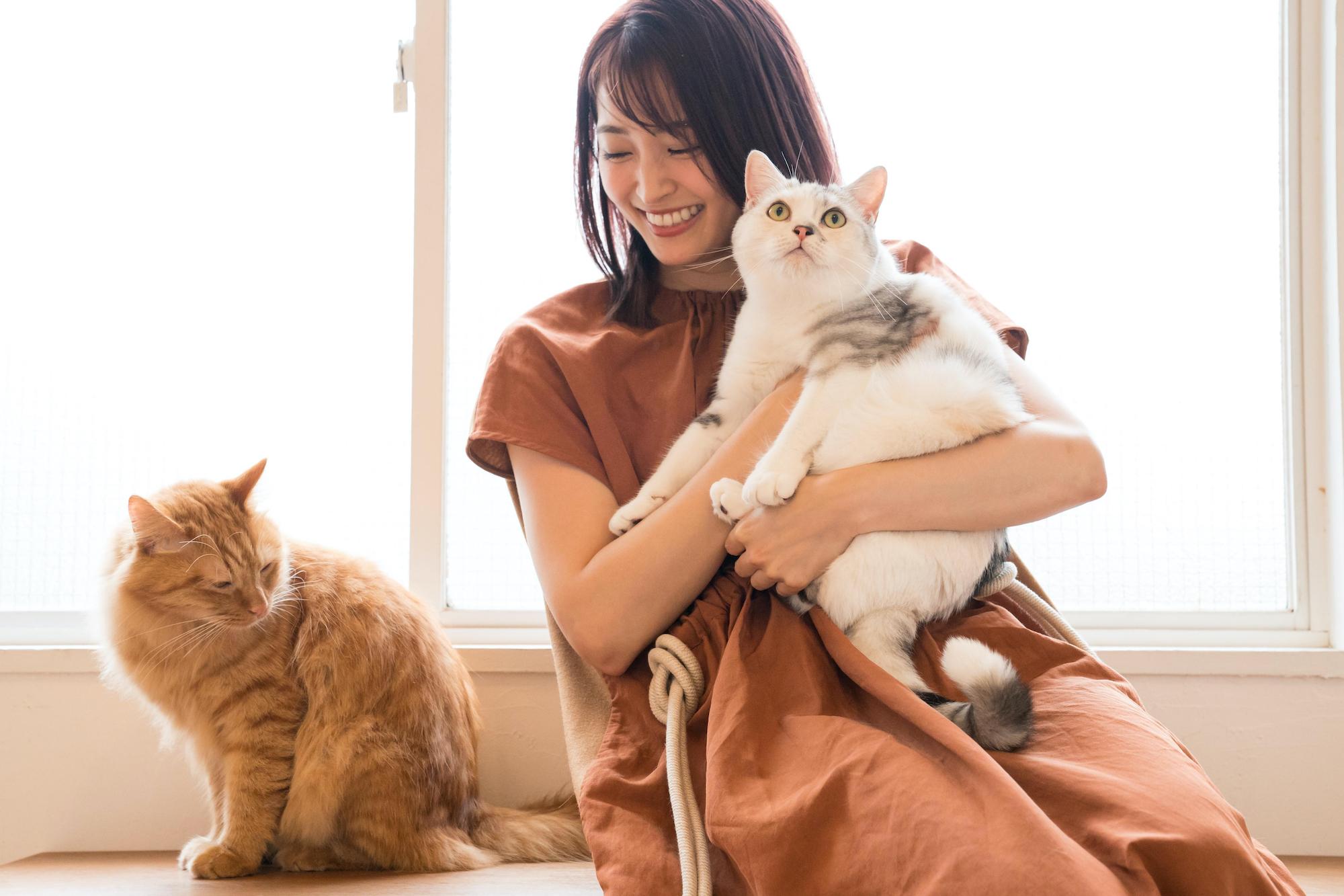 岡本玲、とろろ(右)&おかか(左) 撮影/野澤亘伸