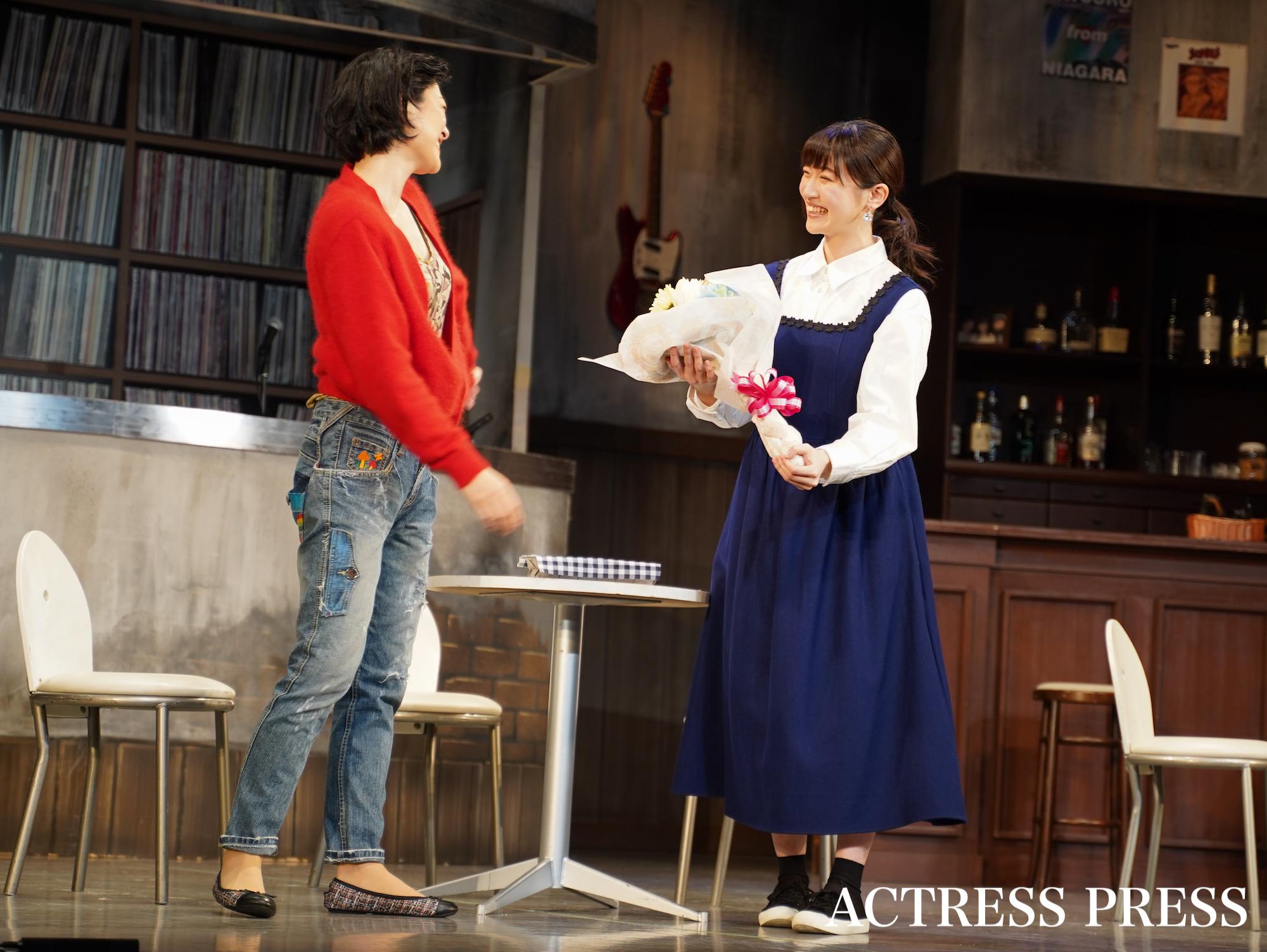 前島亜美、しゅはまはるみ/舞台「バレンタイ・ブルー」ゲネプロにて(2020年2月18日、銀座・博品館劇場)/撮影:ACTRESS PRESS編集部