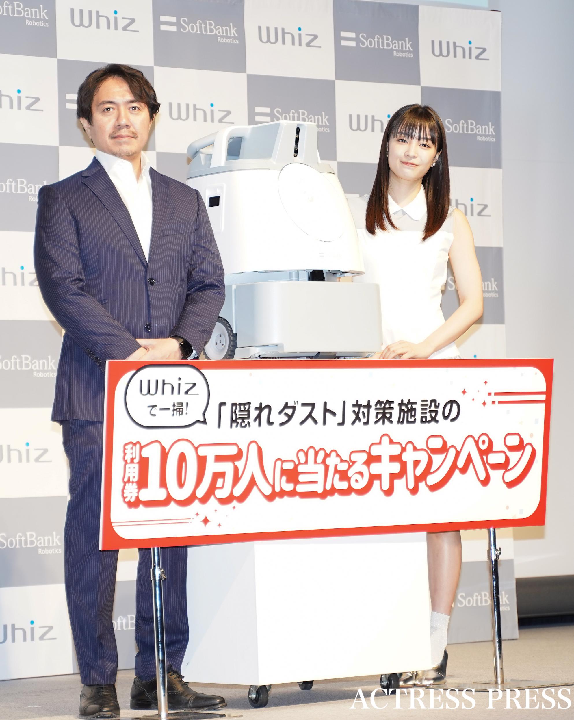 広瀬すず、ソフトバンクロボティックスグループの冨澤文秀社長/AI清掃ロボット「Whiz」新キャンペーン発表会にて(2020年2月3日、渋谷ストリームホールにて)/:撮影:ACTRESS PRESS編集部