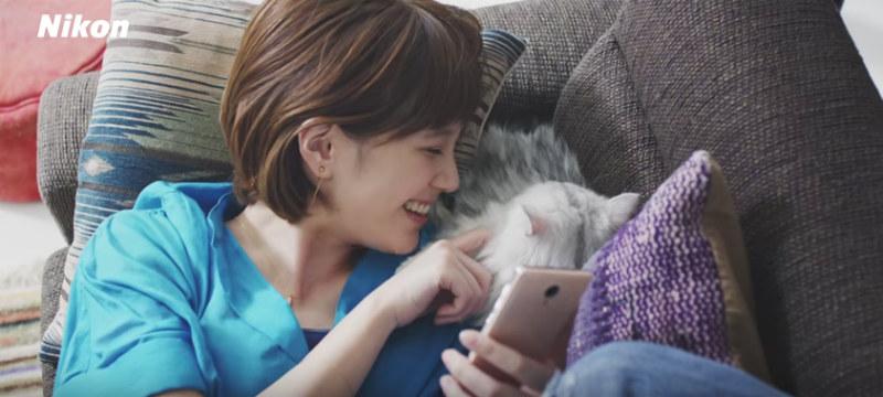 本田翼が猫とかわいく撮影を楽しむ動画