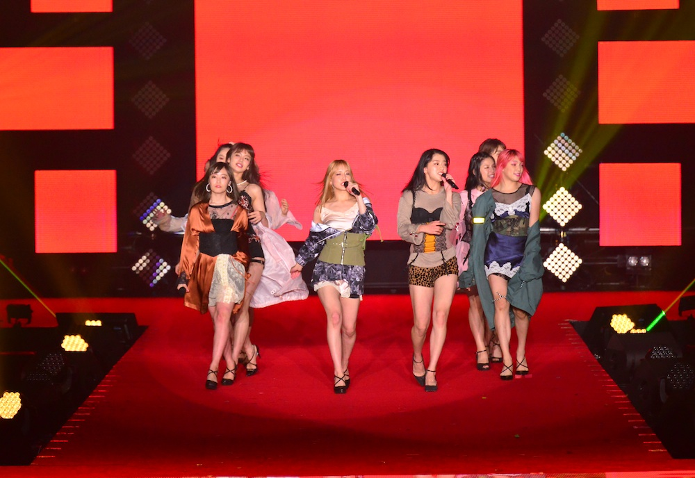 E-girls、GirlsAwardでサプライズ ライブ!美脚ダンスで魅了!