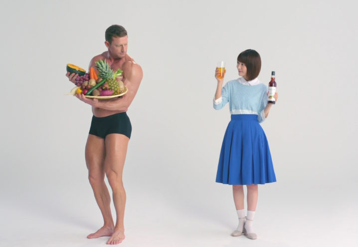 宮脇咲良(HKT48)、マッチョ男と共演!酵素ドリンク「優光泉」新CM