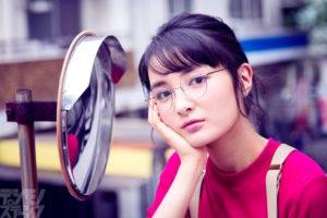 女優・葵わかな、メガネ姿を披露!復活が話題のメガネグラビア「ビジョメガネ」
