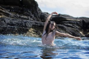 山田佳奈実、岩場で踊りまくる!LAZYgunsBRISKY「The Sea」ミュージック・ショートフィルム