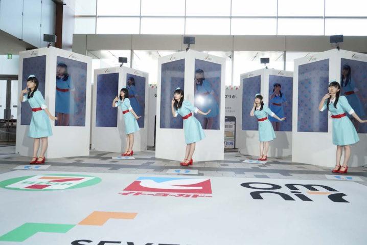 乃木坂46、CA姿で登場!3D サイネージ上に映るもう一人の自分と共演ダンスライブを披露!